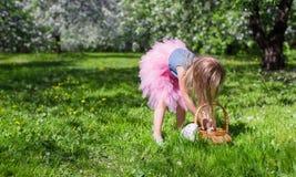 Entzückendes kleines Mädchen mit Strohkorb herein Stockfotos