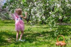 Entzückendes kleines Mädchen mit Strohkorb herein Stockbild