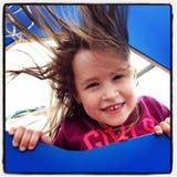 Entzückendes kleines Mädchen am Park Lizenzfreies Stockfoto