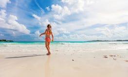 Entzückendes kleines Mädchen am Strand stockfoto