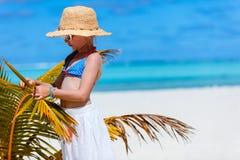 Entzückendes kleines Mädchen am Strand Stockfotos