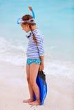 Entzückendes kleines Mädchen am Strand Stockbild