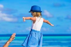 Entzückendes kleines Mädchen am Strand während des Sommers Stockfotos