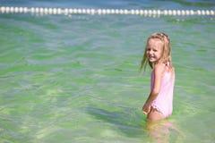 Entzückendes kleines Mädchen am Strand während des Sommers Lizenzfreies Stockfoto