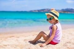 Entzückendes kleines Mädchen am weißen Strand während der tropischen Ferien Lizenzfreie Stockfotografie