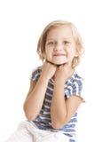 Entzückendes kleines Mädchen, welches die Kamera betrachtet Lizenzfreie Stockfotos