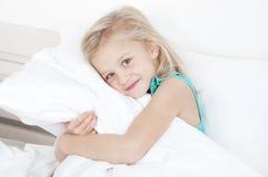 Entzückendes kleines Mädchen, welches die Kamera betrachtet Lizenzfreies Stockbild