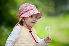 Entzückendes Kleinkind mit Blowball Stockfotografie