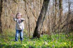 Entzückendes Kleinkindmädchen, das lustige Gesichter bildet Lizenzfreies Stockfoto