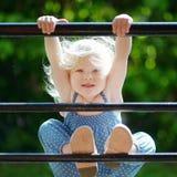 Entzückendes Kleinkindmädchen, das wie ein Affe fungiert Lizenzfreies Stockfoto