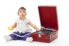 Entzückendes Kleinkindmädchen mit Grammophon Stockfotos