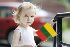 Entzückendes Kleinkindmädchen mit litauischer Markierungsfahne Lizenzfreies Stockbild