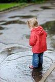 Entzückendes Kleinkindmädchen am regnerischen Tag Lizenzfreies Stockbild