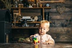 Entzückendes Kleinkindspiel mit Spielzeughubschrauber im Kindergarten Kindergarten und Kindertagesstätte lizenzfreie stockfotografie