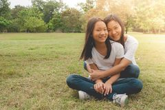 Entzückendes Konzept: Umarmendes und glaubendes lächelndes Glück der Frau und des Kindes im Park stockbilder