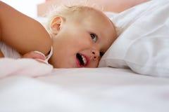 Entzückendes Lächeln des kleinen Mädchens Stockfotografie