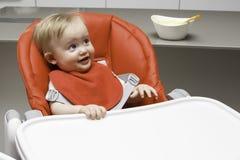 Entzückendes lächelndes einjähriges Kleinkindmädchen Horizontaler Innenschuß Lizenzfreie Stockfotos