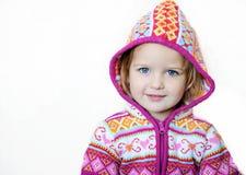 Entzückendes lächelndes Kindmädchen, das rosafarbene Jacke trägt stockfotos