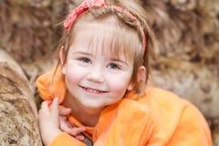 Entzückendes lächelndes kleines Mädchen lizenzfreie stockfotos