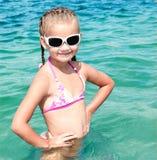 Entzückendes lächelndes kleines Mädchen auf Strandferien stockfotos