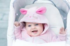 Entzückendes lustiges Baby, das rosa Häschenanzug trägt Lizenzfreies Stockfoto