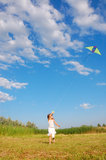 Entzückendes Mädchen, das einen Drachen fliegt Stockfotografie