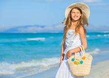 Entzückendes Mädchen, das eleganten Hut auf dem Strand trägt Lizenzfreie Stockfotografie