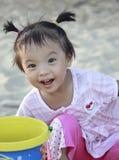Entzückendes Mädchen, das am Sandbank spielt Lizenzfreies Stockfoto