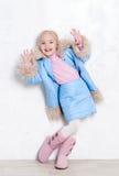 Entzückendes Mädchen in der Winterausstattung Stockfotografie