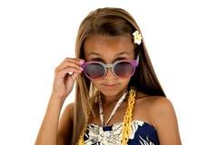 Entzückendes Mädchen im Inselartkleid, das über ihren Sonnenbrillen blickt lizenzfreies stockbild