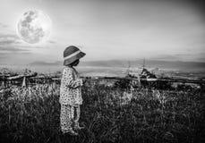 Entzückendes Mädchen im nächtlichen Himmel unter schönem Vollmond Schwarzes und Stockbilder