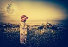 Entzückendes Mädchen im nächtlichen Himmel unter schönem Vollmond Weinlese zu Stockbild