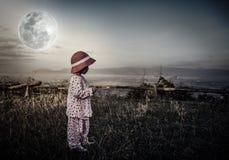Entzückendes Mädchen im nächtlichen Himmel unter schönem Vollmond Weinlese zu Lizenzfreie Stockbilder
