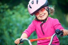 Entzückendes Mädchen im rosafarbenen Sicherheitssturzhelm Stockbilder