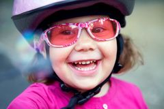 Entzückendes Mädchen im rosafarbenen Sicherheitssturzhelm Stockbild