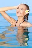 Entzückendes Mädchen im Swimmingpool Lizenzfreies Stockbild