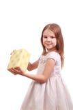 Entzückendes Mädchen mit anwesendem Kasten Lizenzfreies Stockbild
