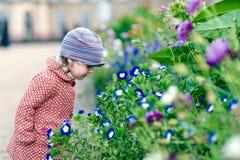 Entzückendes Mädchen mit Blumen Lizenzfreies Stockfoto
