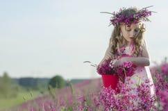 Entzückendes Mädchen mit Blumen Lizenzfreie Stockfotografie
