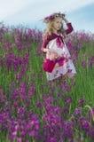 Entzückendes Mädchen mit Blumen Stockfoto
