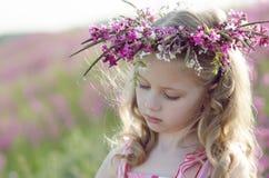 Entzückendes Mädchen mit Blumen Stockbilder