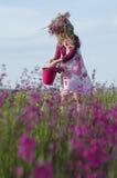 Entzückendes Mädchen mit Blumen Lizenzfreie Stockfotos
