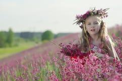 Entzückendes Mädchen mit Blumen Stockfotos