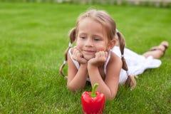Entzückendes Mädchen mit Platte des Gemüses im Garten Lizenzfreie Stockfotos