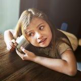 Entzückendes Mädchen-Spaß-Neugier-Konzept Stockfoto