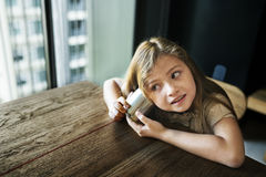 Entzückendes Mädchen-Spaß-Neugier-Konzept Lizenzfreies Stockbild