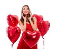 Entzückendes Mädchen umgeben durch rote Herzen Stockbild