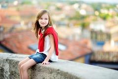 Entzückendes Mädchen am warmen und sonnigen Sommertag in Desenzano del Garda-Stadt in Italien Stockbilder