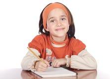 Entzückendes Mädchenstudieren lizenzfreie stockfotos