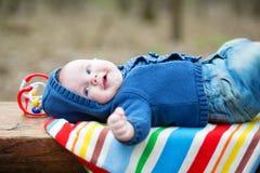 Entzückendes 4-monatiges Baby, das zurück auf seinem liegt Stockbilder